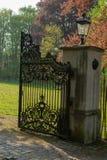 Abra las puertas en castillo viejo, día soleado de la entrada del vintage del hierro foto de archivo libre de regalías