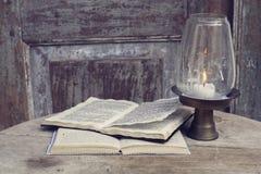 Abra livros e castiçal Imagens de Stock Royalty Free