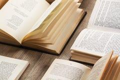 Abra livros em uma mesa de madeira Imagens de Stock Royalty Free