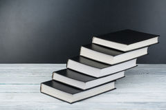 Abra livros na tabela de madeira, fundo preto da placa De volta à escola Conceito do negócio de educação Imagem de Stock Royalty Free