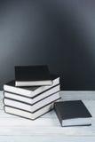 Abra livros na tabela de madeira, fundo preto da placa De volta à escola Conceito do negócio de educação Fotos de Stock