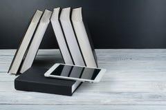 Abra livros na tabela de madeira, fundo preto da placa De volta à escola Conceito do negócio de educação imagens de stock