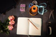 Abra los accesorios del diario y del florista en la tabla Fotografía de archivo