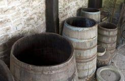 Abra los barriles de madera viejos Fotografía de archivo