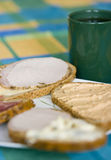 Abra los bocadillos y el caf? hechos frente Fotografía de archivo libre de regalías