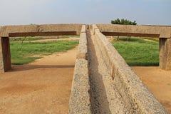 Abra los canales para el abastecimiento de agua del río de Tungabhadra en el depósito Pushkarni, Hampi, la India Foto de archivo