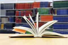 Abra los libros en la tabla de la biblioteca Fotos de archivo libres de regalías