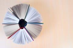 Abra los libros en la tabla de madera Foto de archivo