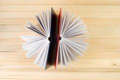 Abra los libros en la tabla de madera Fotografía de archivo libre de regalías