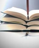Abra los libros y la pluma Imagen de archivo libre de regalías
