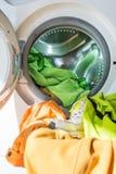 Abra a máquina de lavar com carga colorida - vertical Fotos de Stock