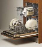 Abra a máquina de lavar louça carregada com a cutelaria e as placas Fotografia de Stock Royalty Free