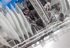 Abra a máquina de lavar louça com pratos limpos imagem de stock
