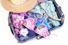 Abra a mala de viagem com artigos das férias Foto de Stock