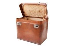 Abra a mala de viagem do vintage isolada no branco Imagens de Stock