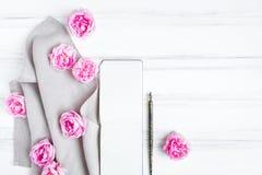 Abra o bloco de desenho, rosas cor-de-rosa bonitas na toalha de mesa de linho cinzenta da tela Composição na tabela de madeira do fotografia de stock
