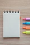 Abra o bloco de notas com as penas de marcador na madeira Foto de Stock Royalty Free