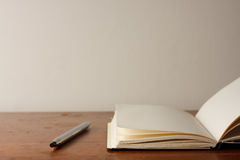 Abra o bloco de notas e a pena Fotos de Stock Royalty Free
