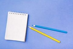Abra o bloco de notas em uma gaiola em uma espiral, amarele e corrija-o fotos de stock