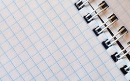 Abra o bloco de notas vazio em uma gaiola com um emperramento espiral Fotografia de Stock Royalty Free