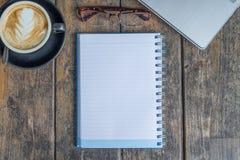 Abra o caderno com chávena de café Imagens de Stock