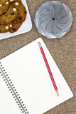 Abra o caderno com cookies da porca e um presente Imagens de Stock
