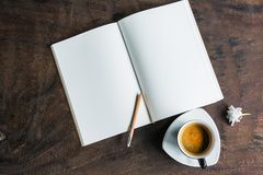 Abra o caderno com copo de café imagem de stock royalty free