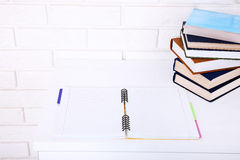 Abra o caderno com espaço da cópia e os livros no local de trabalho Vista superior e foco seletivo Imagem de Stock Royalty Free
