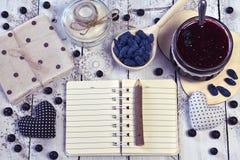 Abra o caderno com espaço da cópia, os frascos com doce e o açúcar, colher com baga fresca, vista superior Fotos de Stock Royalty Free