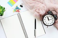 Abra o caderno com páginas vazias, pena e pulso de disparo na tabela da mesa de escritório Foto de Stock Royalty Free