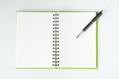 Abra o caderno com a pena de bola metálica foto de stock