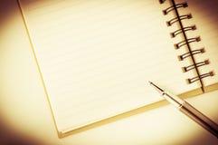 Abra o caderno com a pena de bola metálica foto de stock royalty free