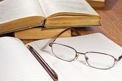 Abra o caderno com pena e vidros Imagens de Stock