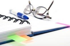 Abra o caderno com vidros Foto de Stock