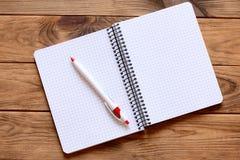 Abra o caderno de papel para escrever as notas, pena em uma mesa de escritório Páginas de papel do caderno com espaço vazio da có Fotografia de Stock