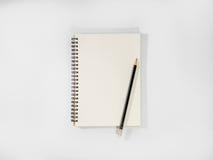 Abra o caderno e o lápis em pasta no fundo branco Fotos de Stock