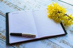 Abra o caderno na tabela fotografia de stock