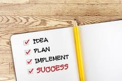 Abra o caderno vazio com lápis e a caixa de verificação amarelos do sucesso sobre Fotografia de Stock Royalty Free