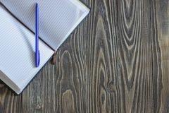 Abra o caderno vazio com pena Foto de Stock