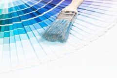 Abra o catálogo das cores da amostra de Pantone. imagens de stock