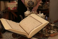 Abra o Corão os copos e a chaleira de chá do kareem da ramadã do livro sagrado foto de stock royalty free