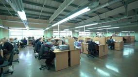 Abra o escritório para negócios com membros do pessoal ocupados elevado filme
