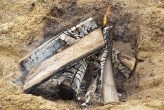 Abra o fogo do acampamento em uma praia Imagens de Stock