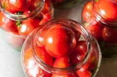 Abra o frasco de vidro de tomates enlatados saborosos, com a fotos de stock royalty free