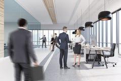 Abra o interior do escritório com as lâmpadas redondas pretas, homens Foto de Stock