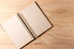 Abra o livro com as páginas vazias no fundo de madeira imagem de stock royalty free