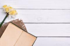 Abra o livro com a flor na opinião superior do fundo de madeira da tabela Fotografia de Stock