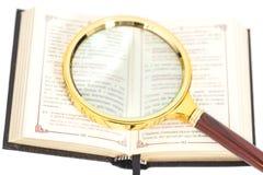 Abra o livro com lupa Imagem de Stock