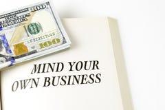 Abra o livro com a pilha de cem dólares de contas Imagem de Stock Royalty Free