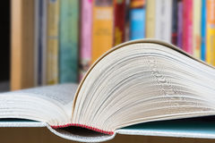 Abra o livro com uma biblioteca no fundo Imagem de Stock